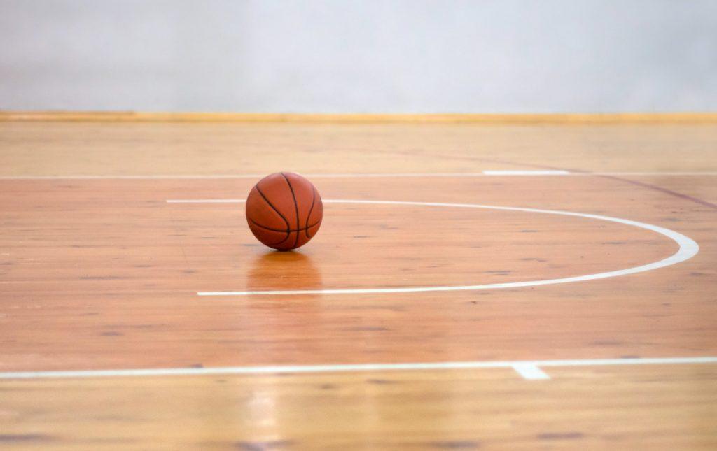 ballon de basket sur un terrain de basket vide
