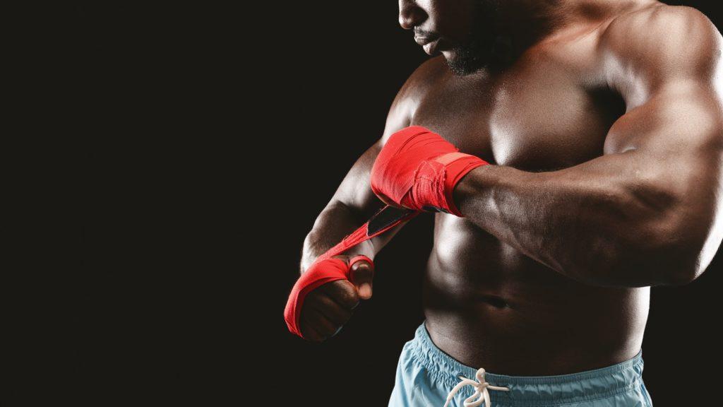 boxeur confiant sur fond boir