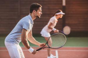 Comment gérer ses émotions concept. Homme et femme jouant au tennis