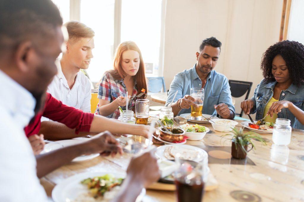 un groupe d'amis mange au restaurant