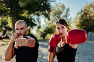 concept comment rester motivé. un boxeur et une boxeuse dans un parc