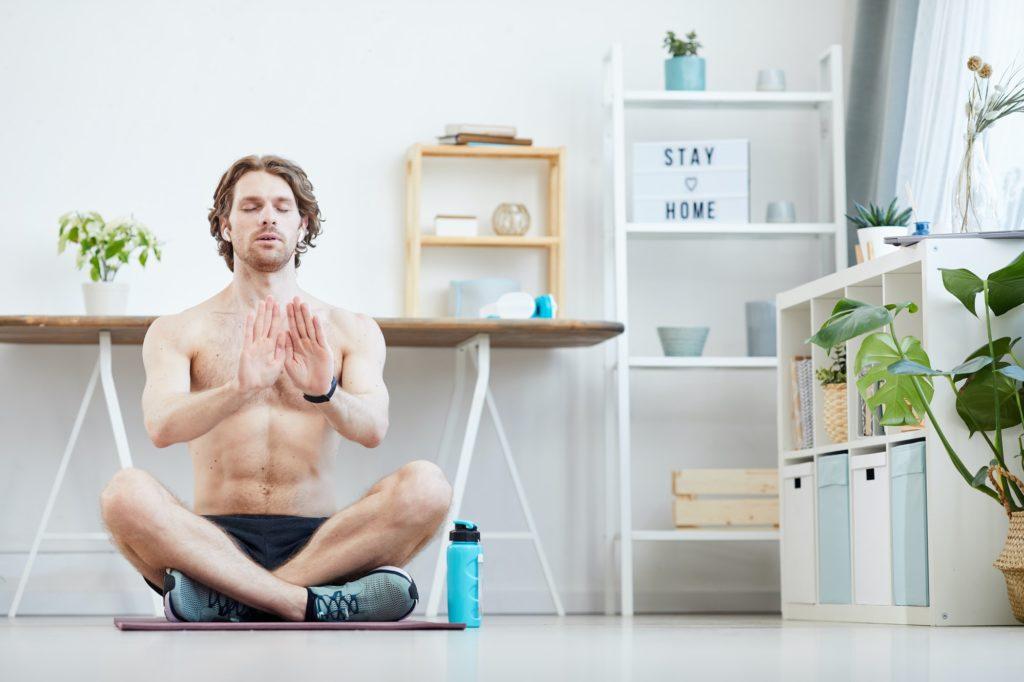 homme assis en tailleur fais des exercices de respiration pour évacuer son stress