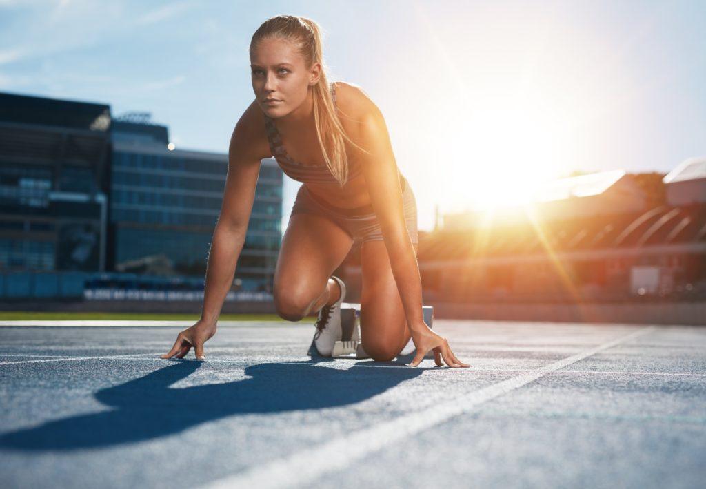 coureuse motivée sur les starting blocks