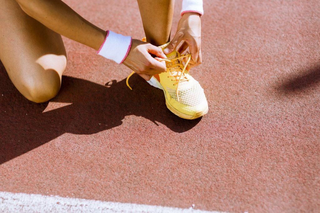athlète fait ses lacets