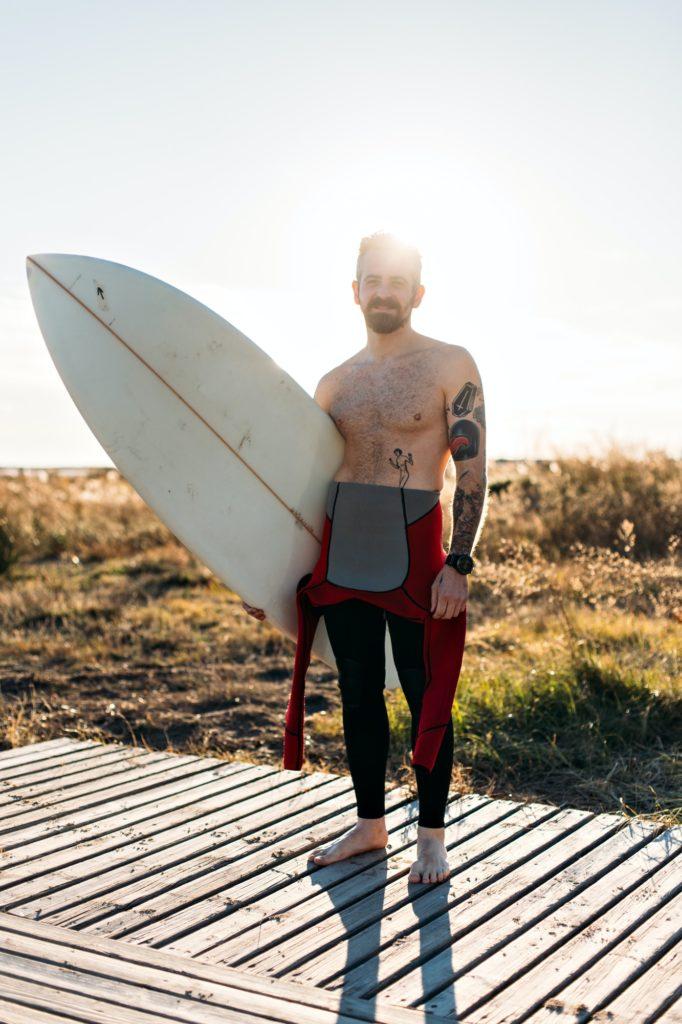 surfeur tatoué au en bord de mer