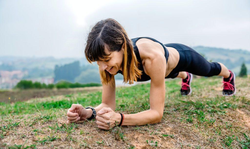 femme athlète fait la planche.