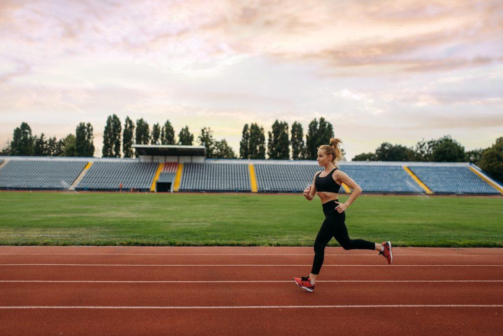 coureuse s'entraîne