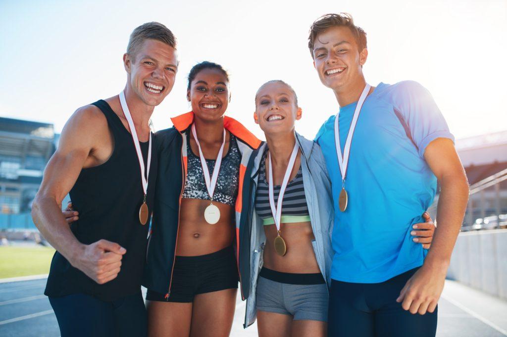 groupe d'athlète ayant remporté des médailles après avoir dépassé leurs peurs