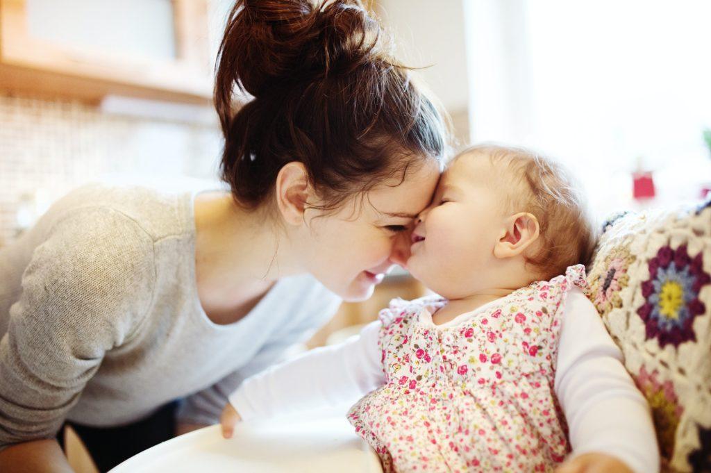mère s'occupe de sa fille