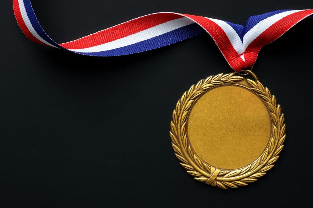 médaille d'or olympique sur fond noir