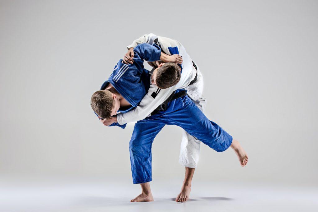 deux judokas combattent