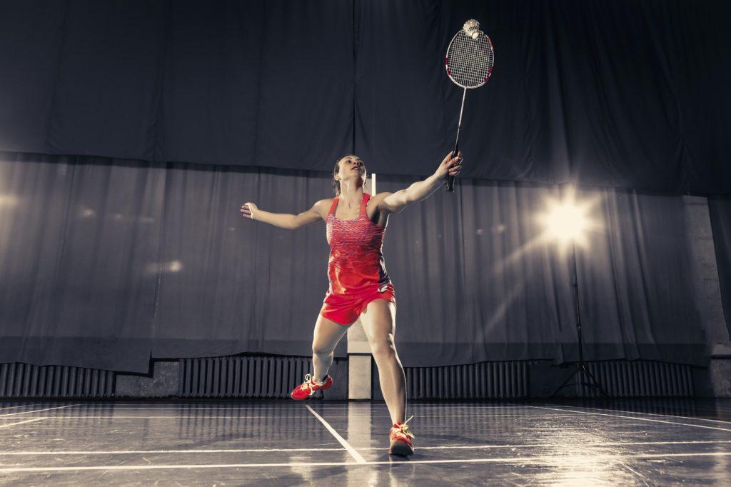 joueuse de badminton sur le terrain