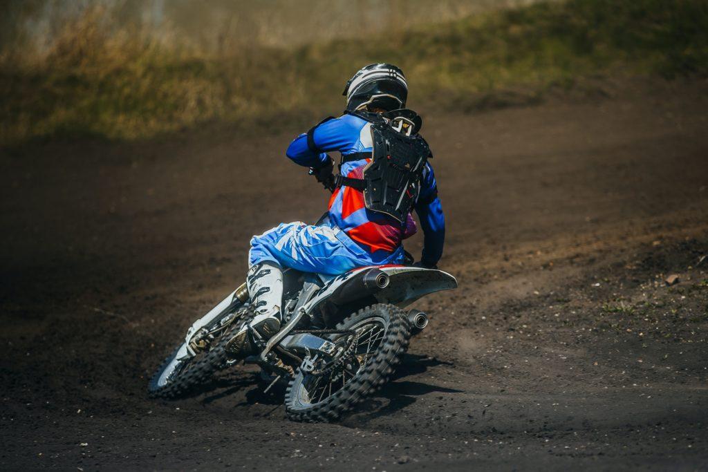 sportif fait de la motocross en compétition