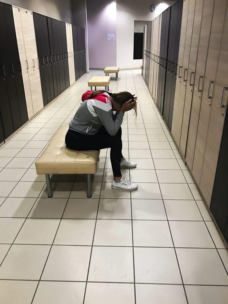 athlète stressée pleure dans les vestiaires